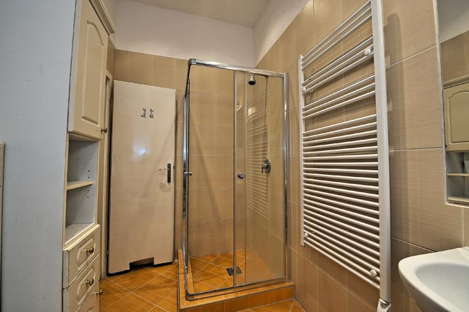 National Opera Apartment Budapest - bathroom with shower
