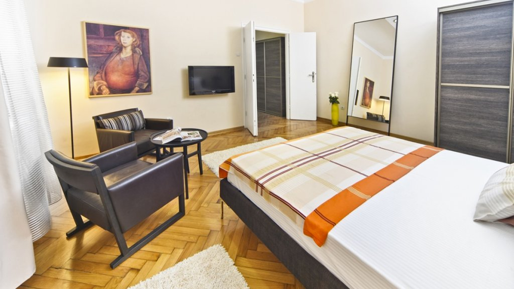 City center apartment Belgrade - bedroom two armchairs