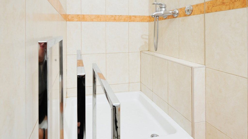 Savamala Belgrade Apartment shower - book apartment on Destinelo