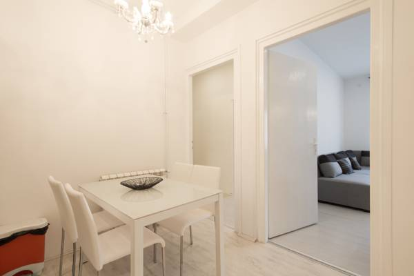 Deluxe one bedroom apartment - dining table