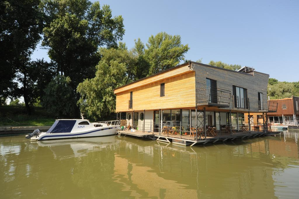 B&B Botel Charlie - accommodation and nature in the city