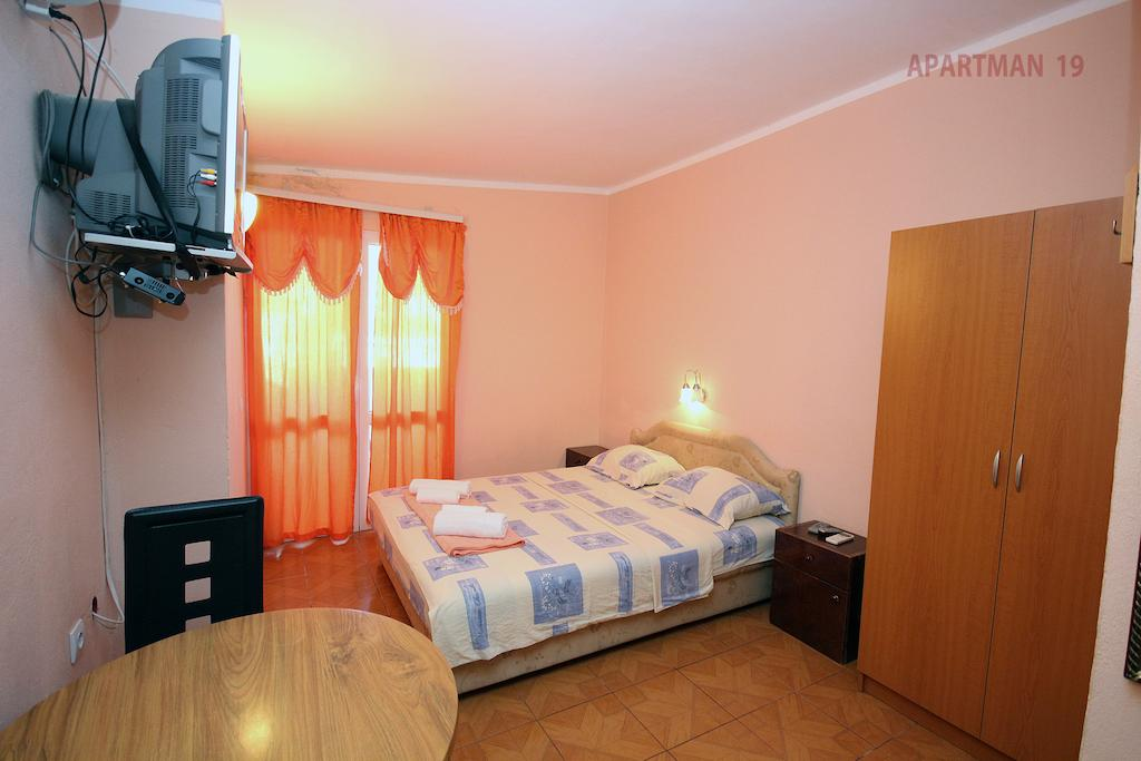 Apartments Kojic - studio 2 - blue double bed