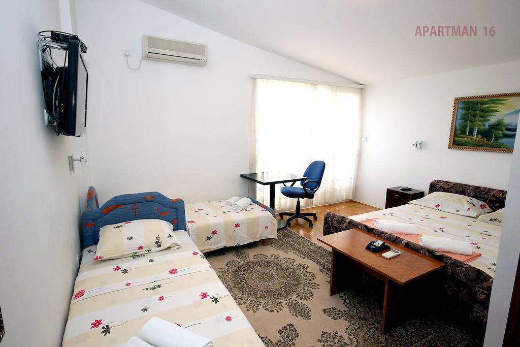 Apartments Kojic - studio 4 sea view - 2 single beds and double bed
