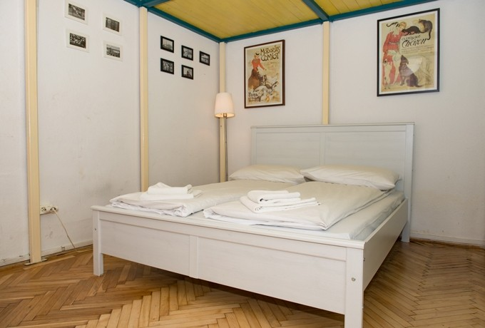 Nyugati Station Apartment Budapest - white double bed bellow the gallery