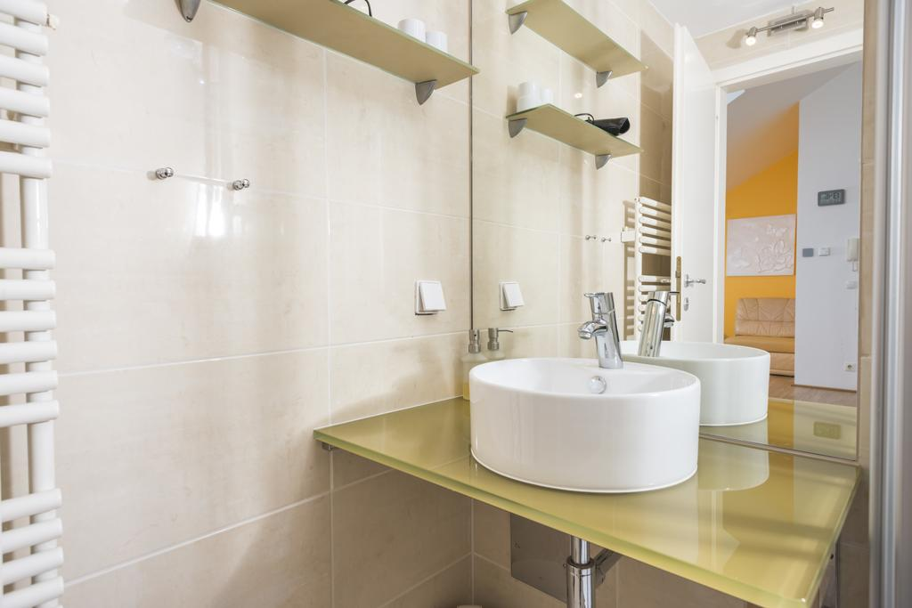 Bright Ferchergasse Studio Apartment - bathroom
