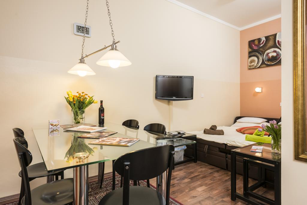 Charming One-Bedroom Ferchergasse Apartment - dining table