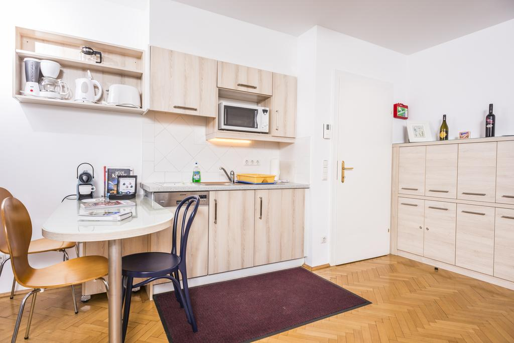Ferchergasse Apartment R26 With Balcony - kitchen with dining