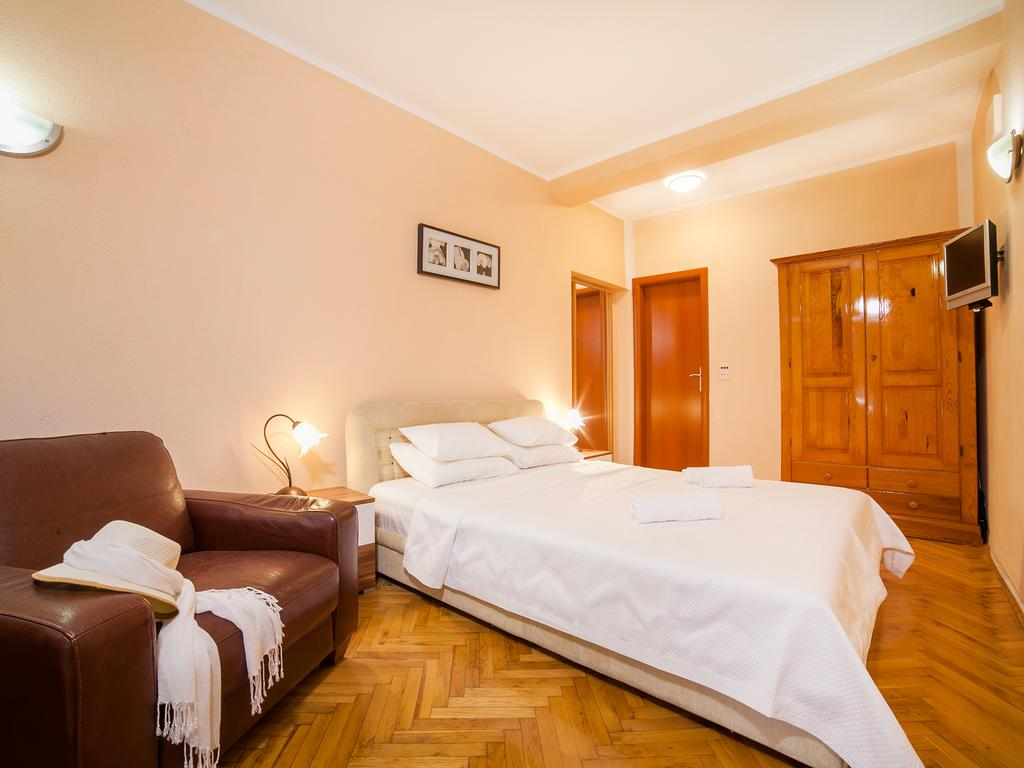 Duplex Apartment - white double bed