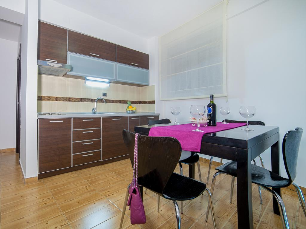 One-Bedroom Apartment with Sea View - dining and kitchen