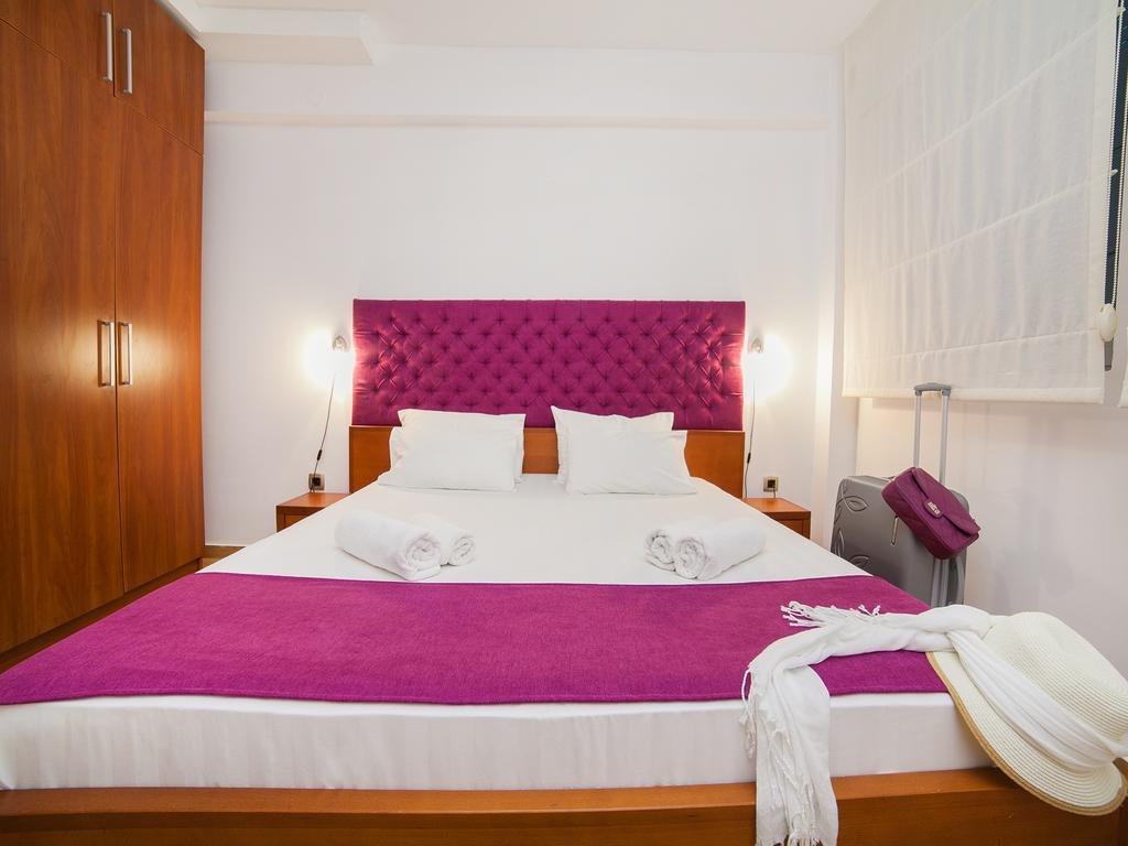 One-Bedroom Apartment with Sea View - pink double bed