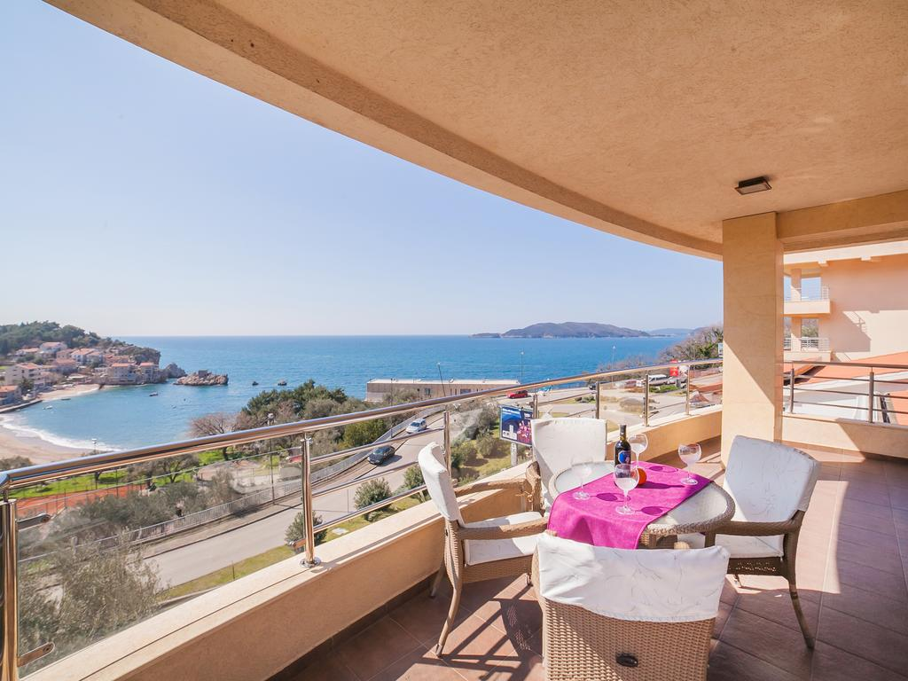 One-Bedroom Apartment with Sea View - private balcony