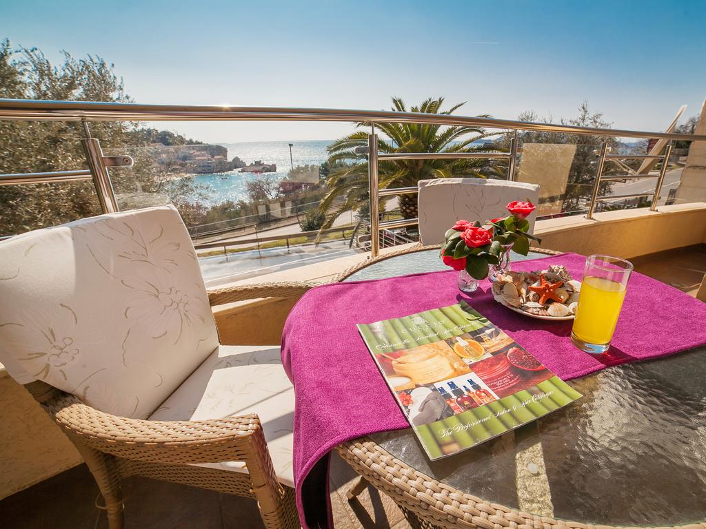 One-Bedroom Apartment with Sea View - terrace table