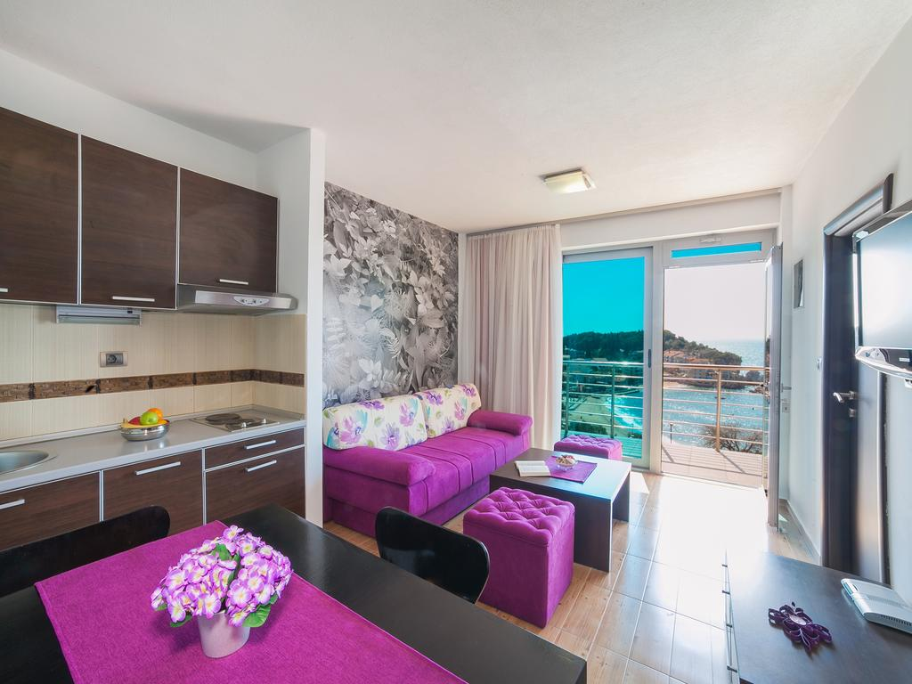 One-Bedroom Apartment with Shared Balcony and Sea View - living room with terrace