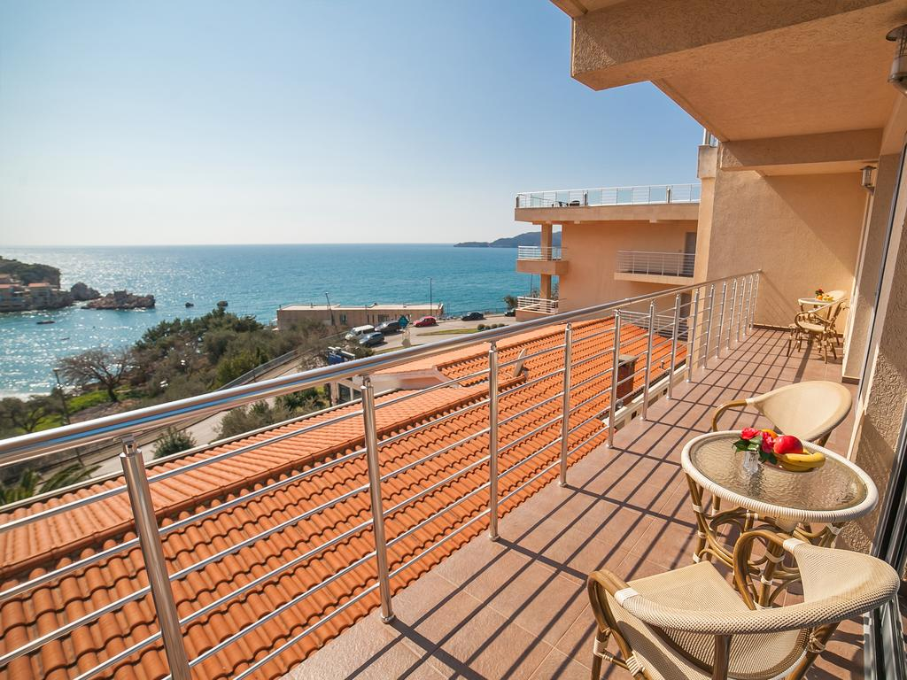 One-Bedroom Apartment with Shared Balcony and Sea View