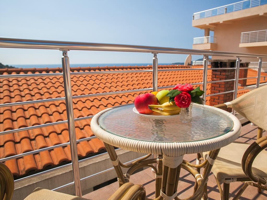 One-Bedroom Apartment with Shared Balcony and Sea View - terrace table