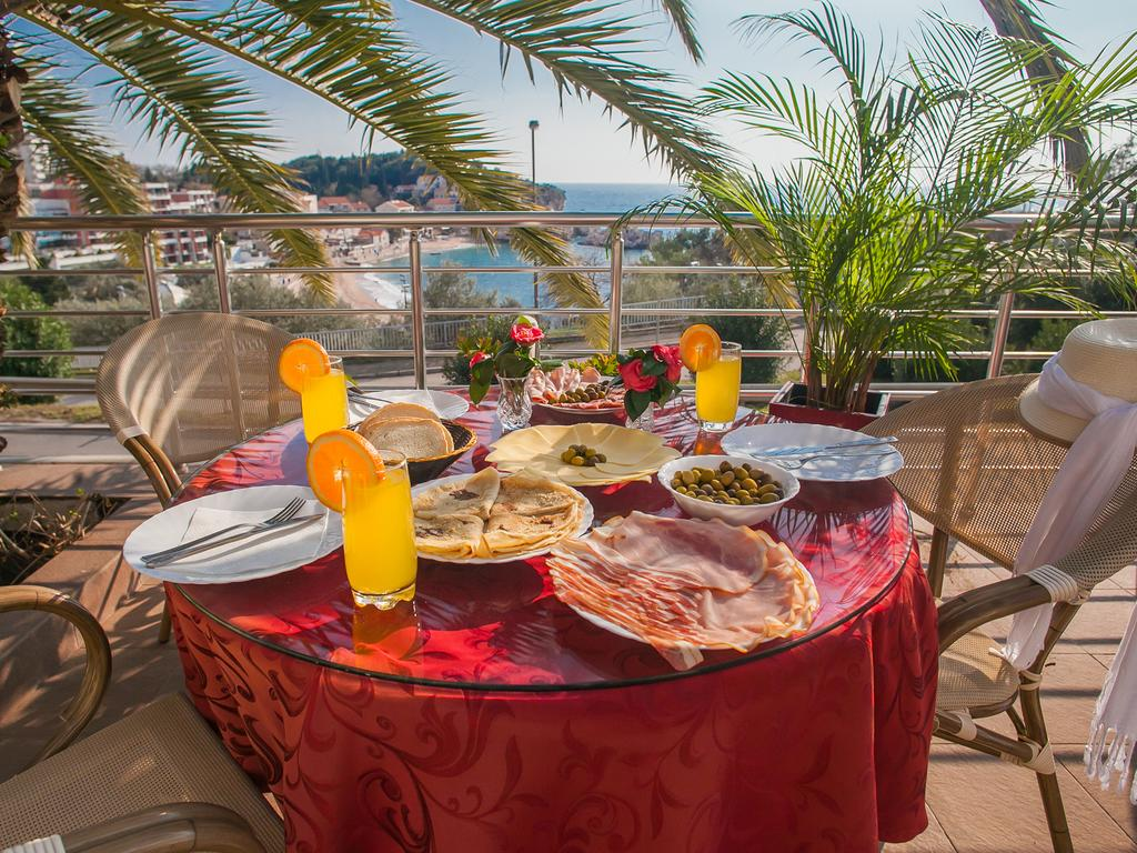 Raymond Apartments Montenegro - breakfast with sea view