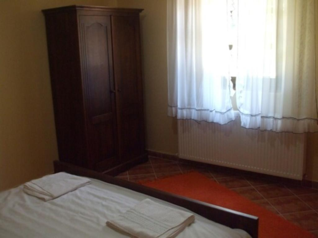 Double Room with Shared Bathroom (1 person)